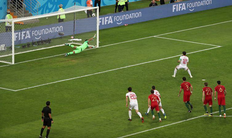 Copa 2018: Irã e Portugal. Karim Ansarifard, do Irã, marca o primeiro gol da equipe.