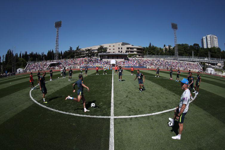 Cerca de 4 mil torcedores estiveram presente na arquibancada do campo do Centro de Treinamento da Seleção Brasileira, em Sochi