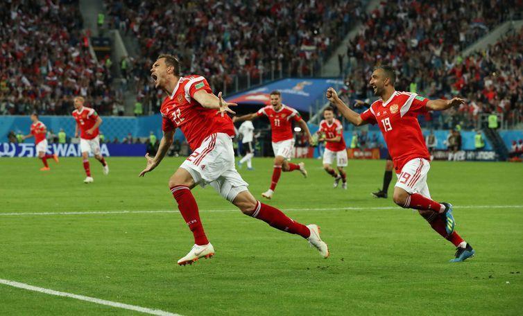 Copa 2018: Egito e Rússia. Comemoração do terceiro gol da Rússia.
