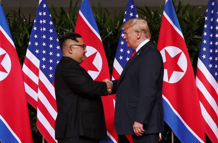 Presidente dos EUA, Donald Trump, aperta a mão do líder da Coreia do Norte, Kim Jong Un - REUTERS/Jonathan Ernst