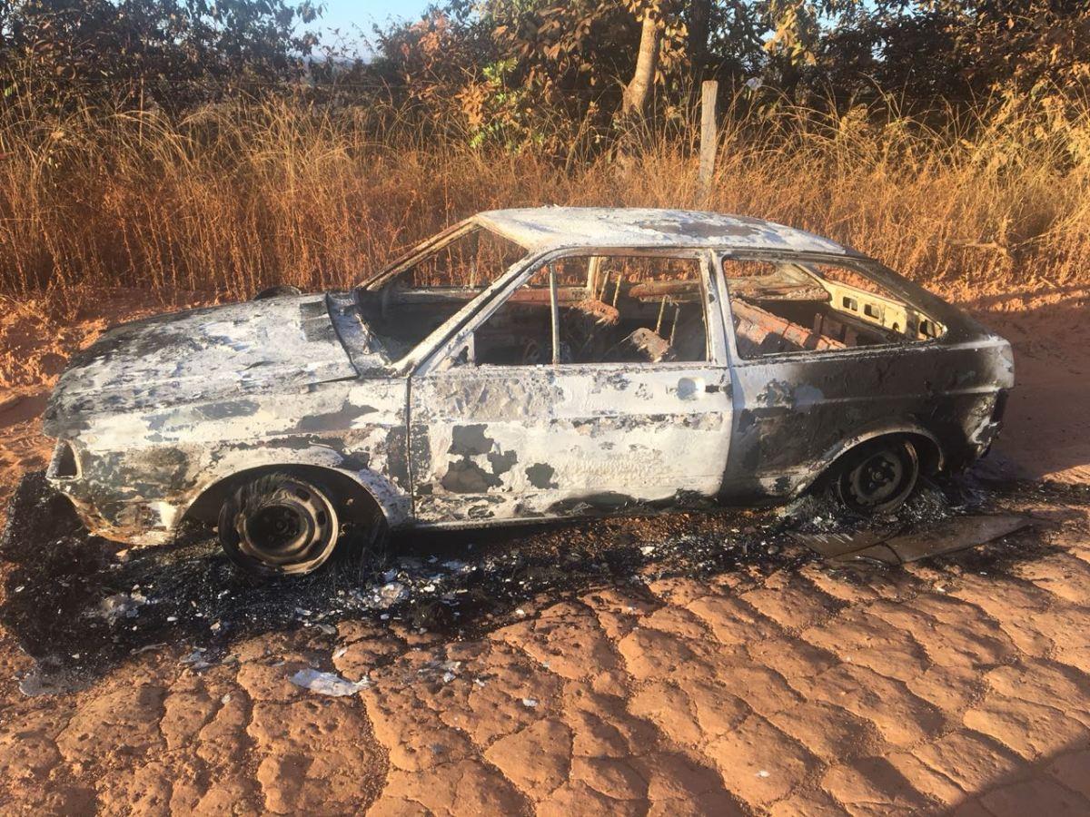 Os homens teriam colocado fogo no veículo após o assalto.