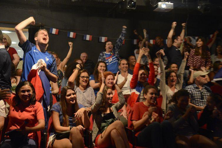 Torcedores franceses se reuúnem para assitir a final da Copa do Mundo 2018 em telão, no Rio de Janeiro