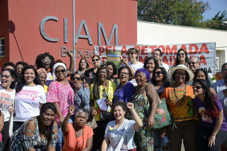 A rede de mulheres feministas da Baixada Fluminense faz ato em frente ao antigo CIAM (Centro Integrado de Atendimento à Mulher) Baixada, em Nova Iguaçu. Elas pedem a retomada do centro.