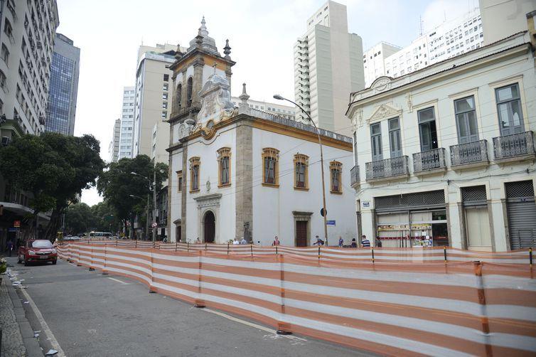 Escavações para construção dos trilhos do VLT encontram achados arqueológicos que pode ser do Cemitério de Pretos Novos do Largo de Santa Rita, no centro do Rio de Janeiro.