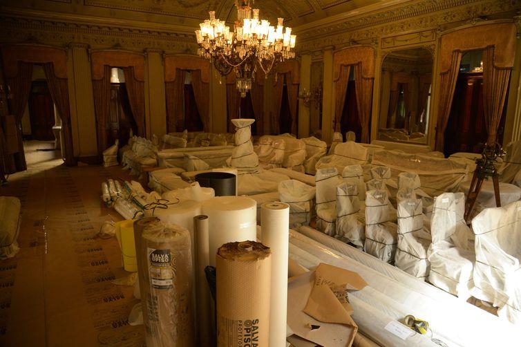 Obras do VLT fecham temporariamente o Museu Histórico e Diplomático no Palácio Itamaraty, no centro do Rio. Todo acervo está sendo embalado para não correr risco.