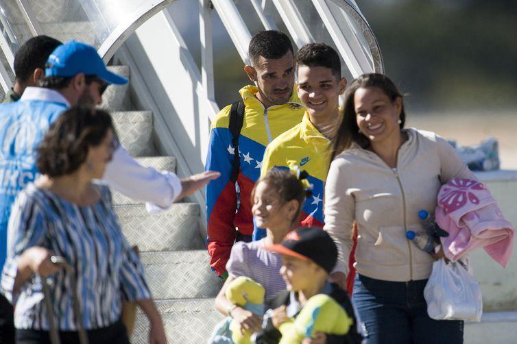 50 migrantes venezuelanos chegaram a Brasília em um avião da FAB preparado para transporte em missões humanitárias. Os venezuelanos serão acolhidos pela organização Aldeias Infantis SOS. Desse total, 20 são crianças.