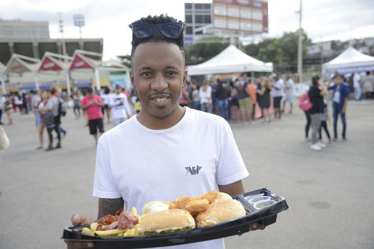 Emerson Farias comprou um barco de hamburguer na Feira Nacional do Podrão, que reúne opções de lanches e gastronomia popular de rua no Terreirão do Samba, no centro da cidade.