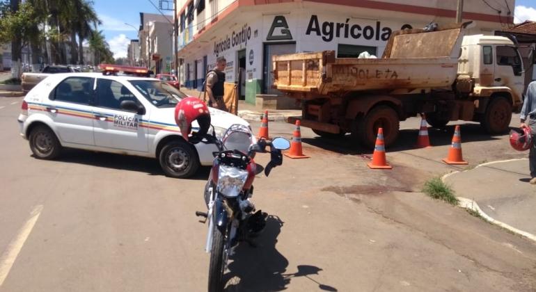 A colisão aconteceu em uma das avenidas mais importantes de Carmo do Paranaíba, Av. João Batista.