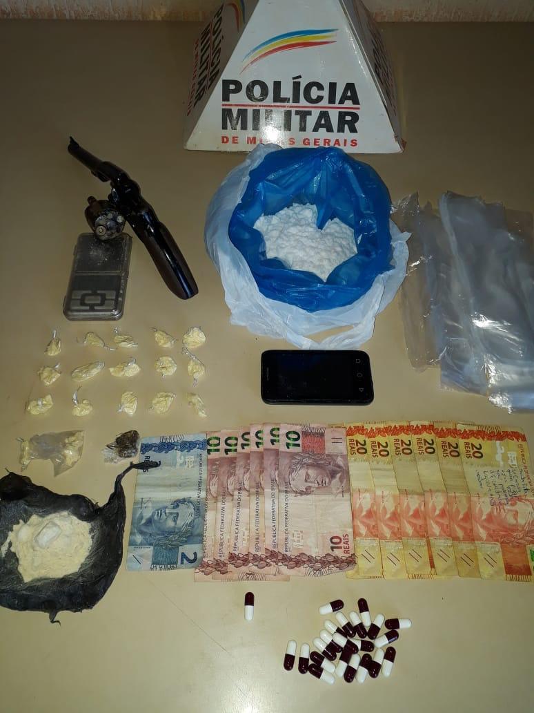 PM apreende revólver e drogas em Monte Carmelo