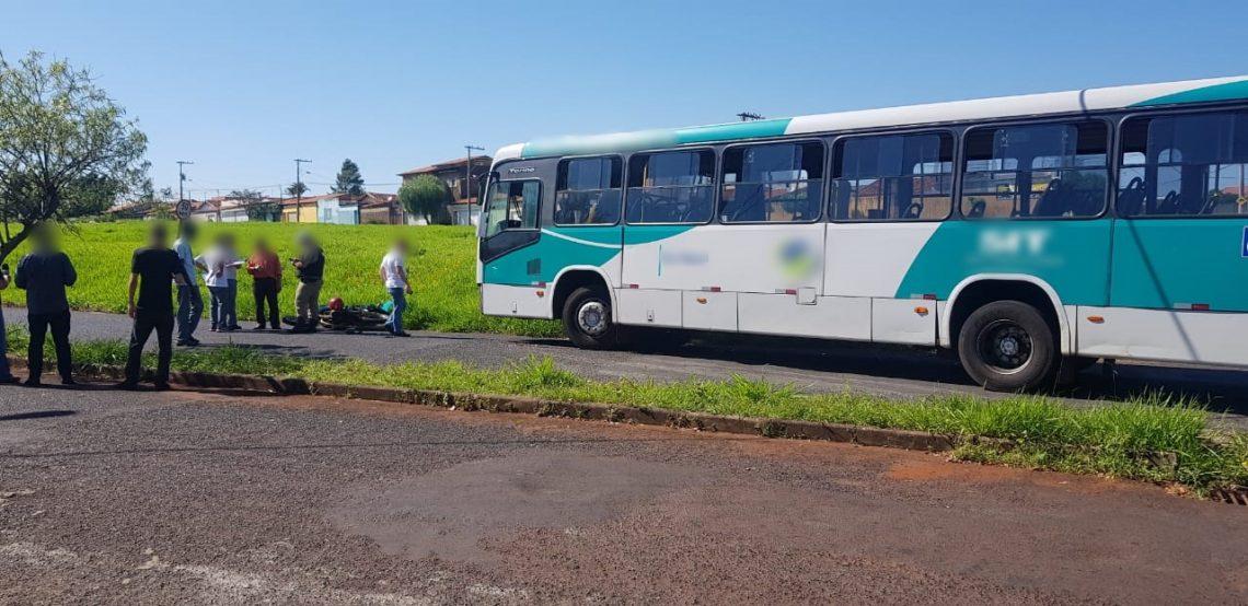 Acidente ônibus moto uberlândia pernas esmagadas