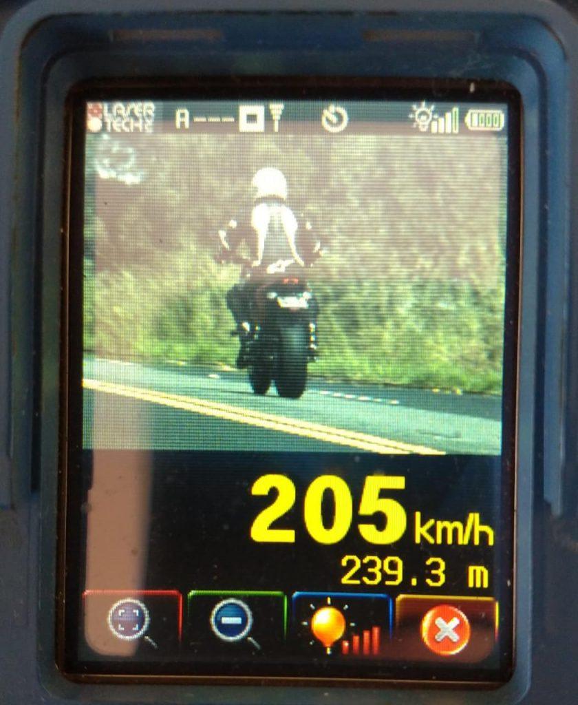 Motociclista é flagrado a mais de 200 km h na BR-365 em Patos de Minas
