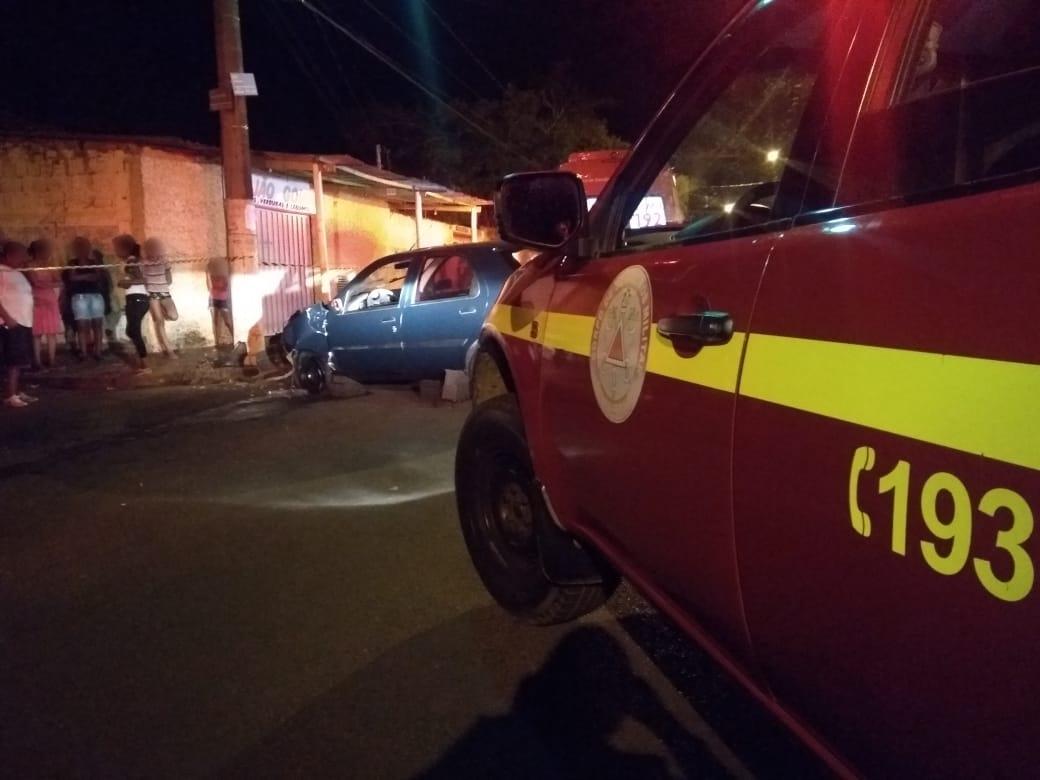 Motorista bate em poste na cidade de Uberaba (2)