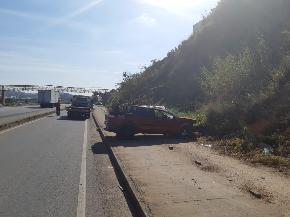Acidente na BR-262: Idoso é arremessado de veículo após bater em barranco