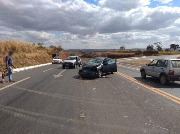 Carros batem e duas pessoas ficam feridas na BR-146
