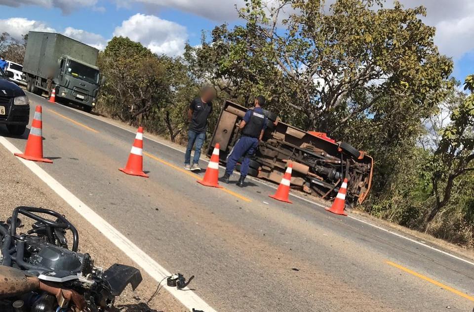Motociclista bate em carro forte e morre na BR-040