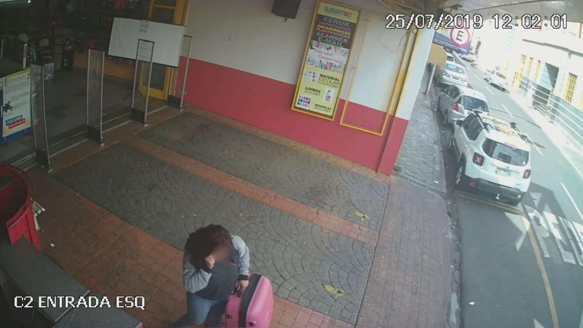 Polícia busca por mulher suspeita de furtar malas em Uberaba