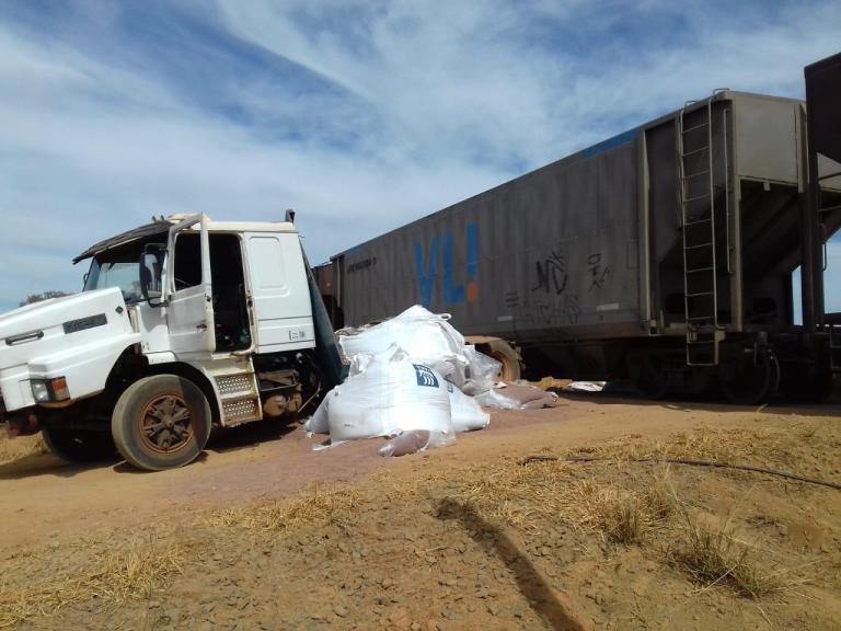 Trem bate em caminhão que cruzava linha férrea em Uberaba