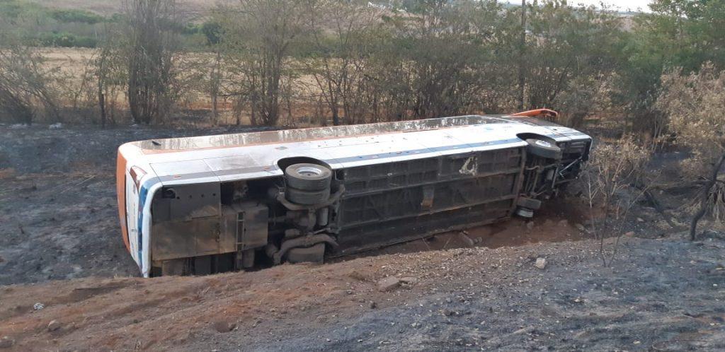 Ônibus tomba em acidente na BR-365