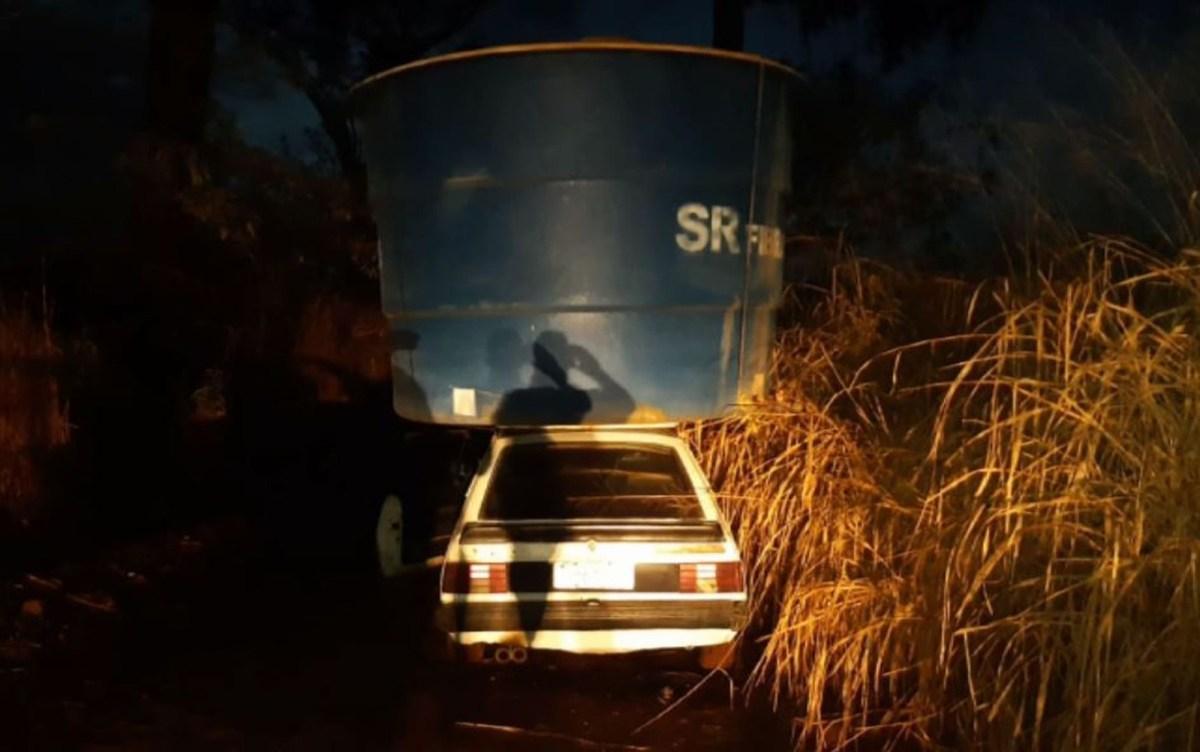 Bandidos furtam e levam caixa d'água em cima de carro