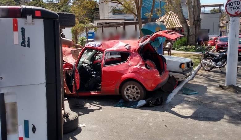 Vídeo Van escolar perde os freios e bate em dois carros