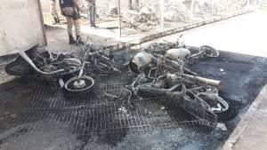 Incêndio em estacionamento destrói ao menos 40 motos em Uberlândia