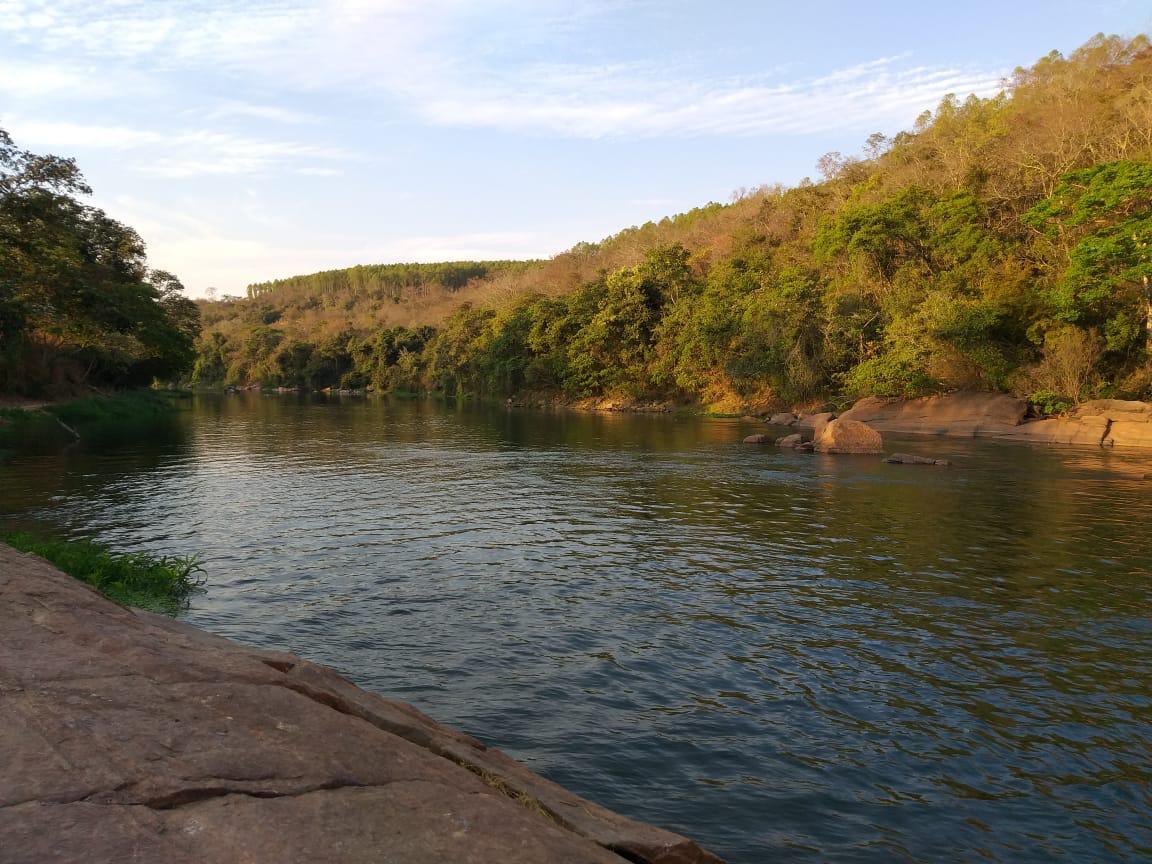Jovem vai ao meio do rio e morre afogado ao retornar