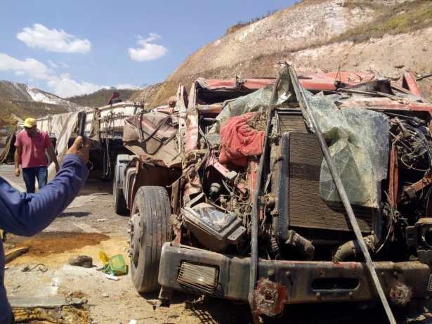 Caminhão perde os freios e tomba em curva da BR-146