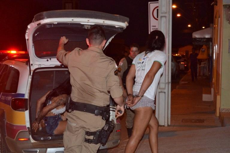 Motorista dá carona e acabado atacado por travestis