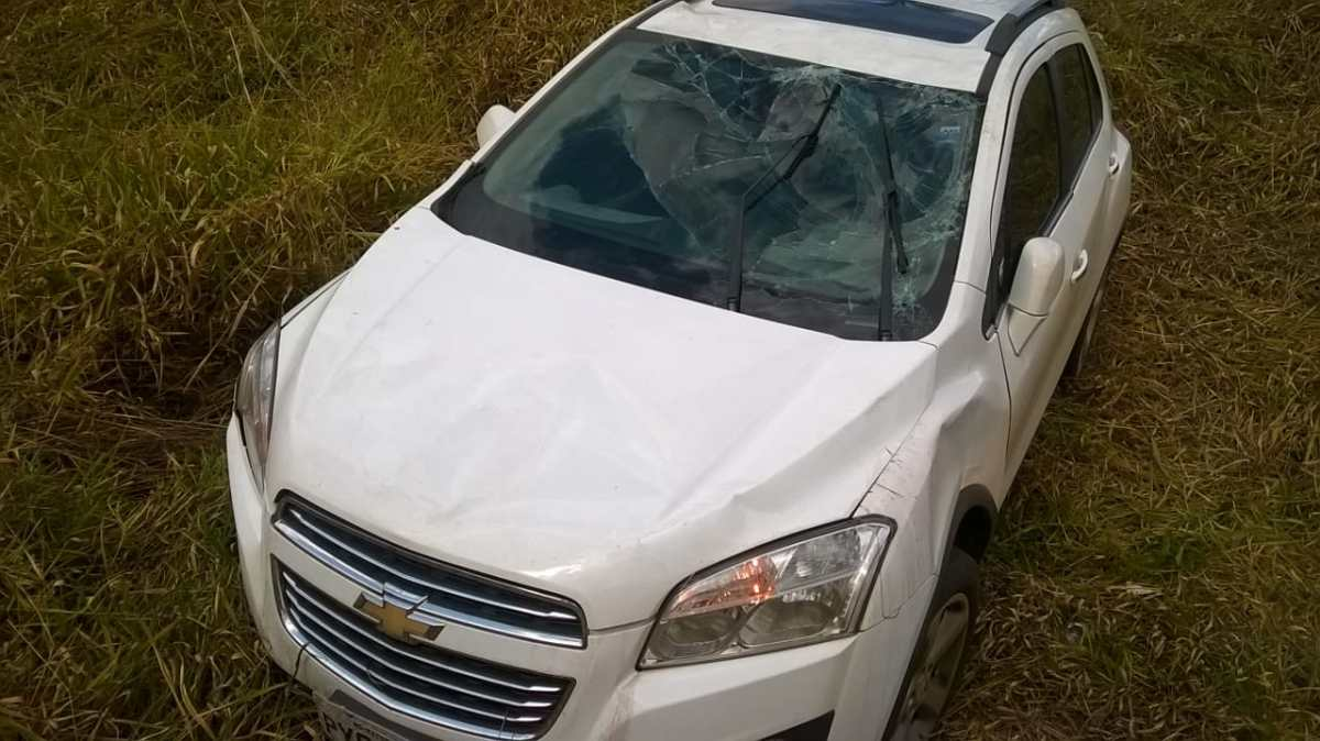Motorista se acidenta após desviar de carro que fazia ultrapassagem proibida