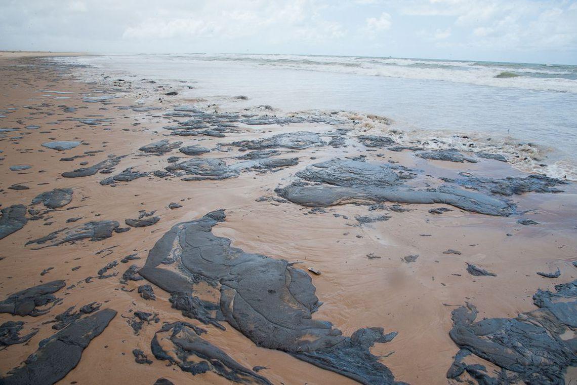 Petrobras retira mais de 200 toneladas de óleo das praias