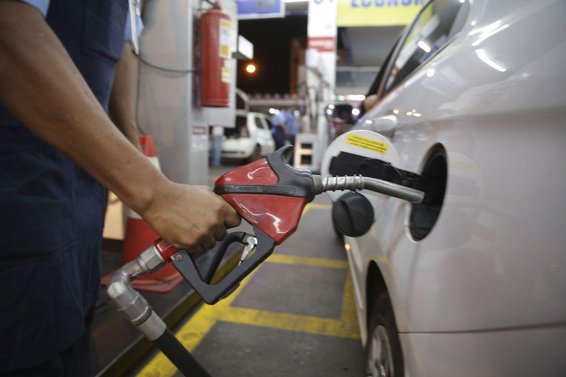 Gasolina sobe 4% nas refinarias