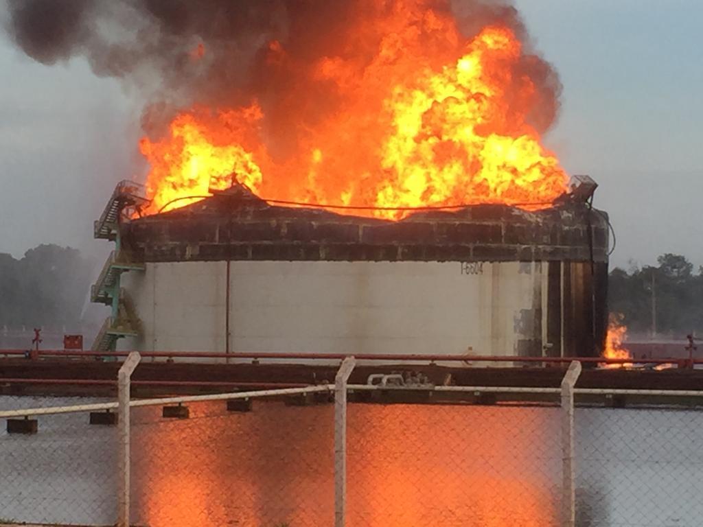 Raio atinge tanque de etanol e provoca grande incêndio
