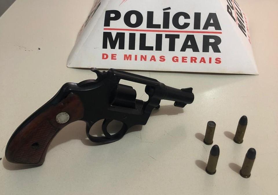 Motorista é preso com arma e bebidas em Monte Carmelo