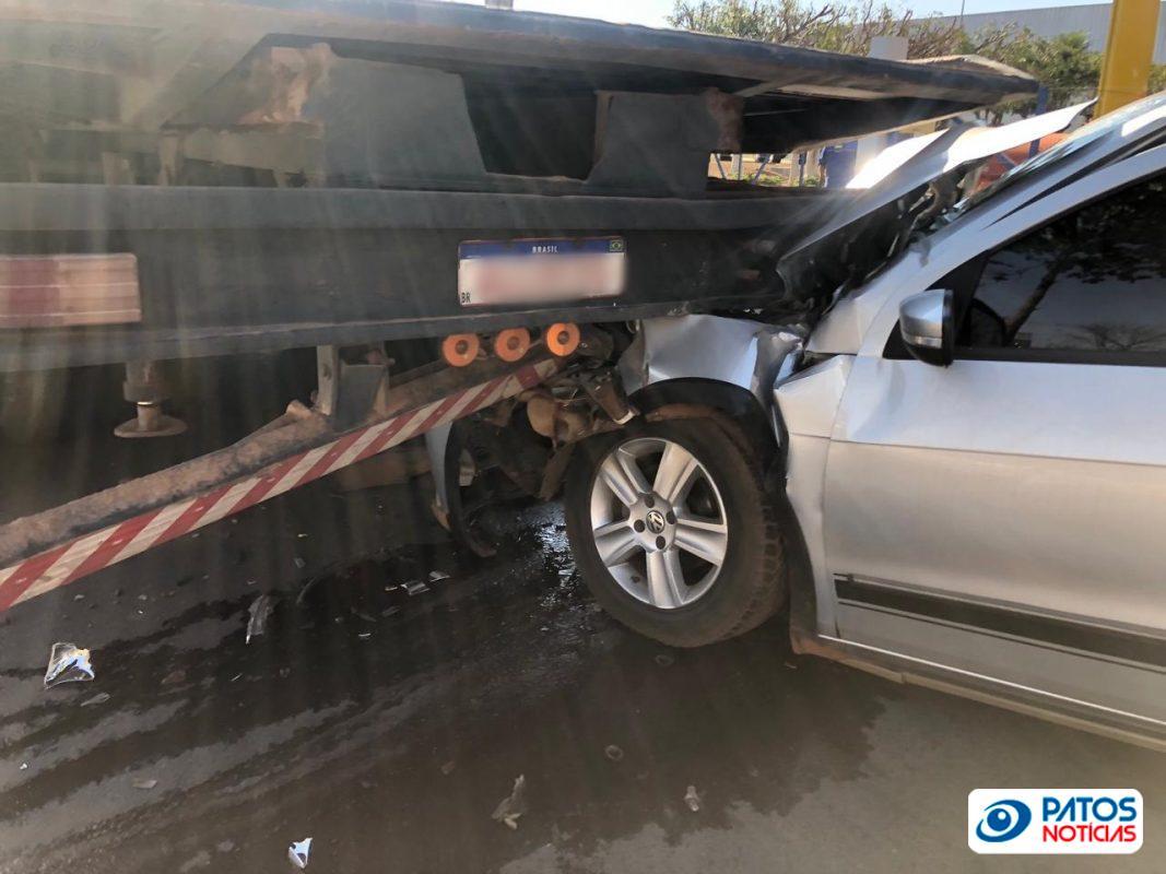 Acidente carro e caminhão prancha na Av JK em Patos de Minas