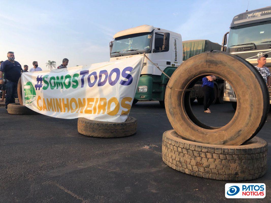 Paralisação de caminhoneiros na BR 365 em Patos de Minas (2)