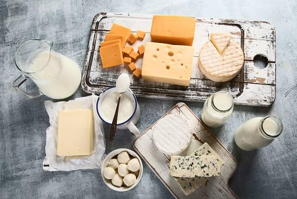 (Vollfett-)Milchprodukte liefern dir nicht nur Proteine und Fette, sondern auch wohltuende Bakterien, die deinen Darm in Schuss halten und für nachhaltige Gesundheit sorgen. Sie liefern darüber hinaus ansehnliche Mengen an Kalzium und Vitamin K2, welche gut für das Knochenwachstum und die -stabilität sind.