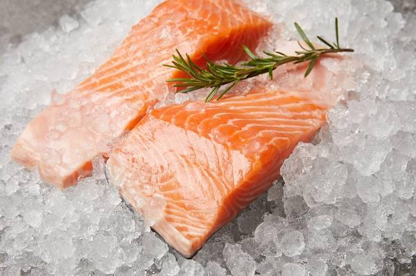 Fisch gehörte lange Zeit zum festen Bestandteil der Speisekarte. Heute essen wir weitaus weniger davon. Die Magie steckt vor allem in fettreichem Kaltwasserfisch, denn die sind besonder reich an Omega 3 Fettsäuren, darunter Eicosapentaensäure (EPA) und Docosahexaensäure (DHA). (Bildquelle: Fotolia / LIGHTFIELD STUDIOS)