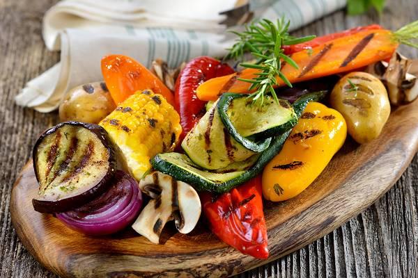 Gemüse! Bunt ist das Leben und granatenstark - wer sich aus Mutter Naturs reich gedeckter Tafel bedient, kann mit Gemüse niemals falsch liegen. Hier stecken nicht nur Vitamine und Mineralstoffe drin, sondern auch eine Vielzahl (noch unbekannteR) Pflanzenstoffe, die für Gesundheit, Wohlbefinden und Leistungsfähigkeit sorgen. Zusätzlich dazu stellt Gemüse einen exzellenten Ballaststofflieferanten dar, welcher der Verdauungsgesundheit zutrgälich ist. (Bildquelle: Fotolia / kab-vision)