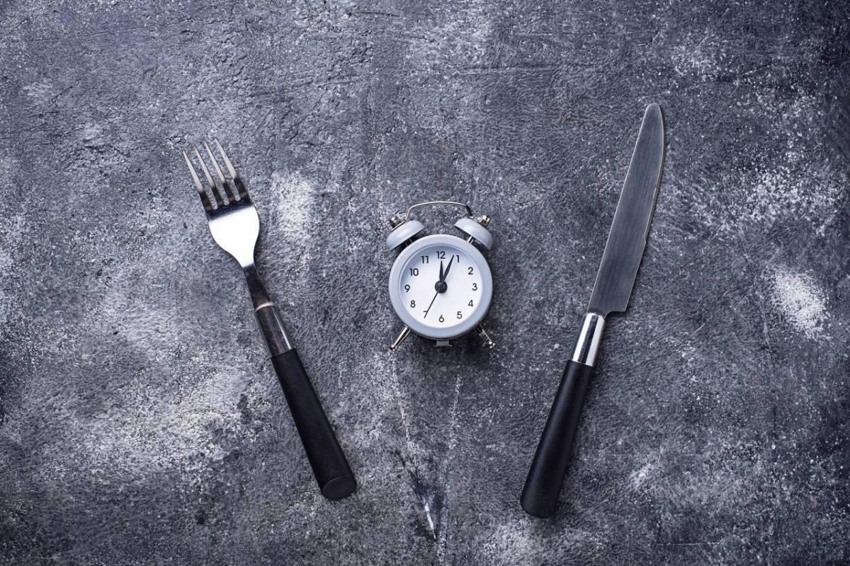 Intermittent Fasting (eTRF) verbessert kardiovaskuläre Gesundheit & Insulinsensitivität auch ohne Gewichtsverlust | Studien Review