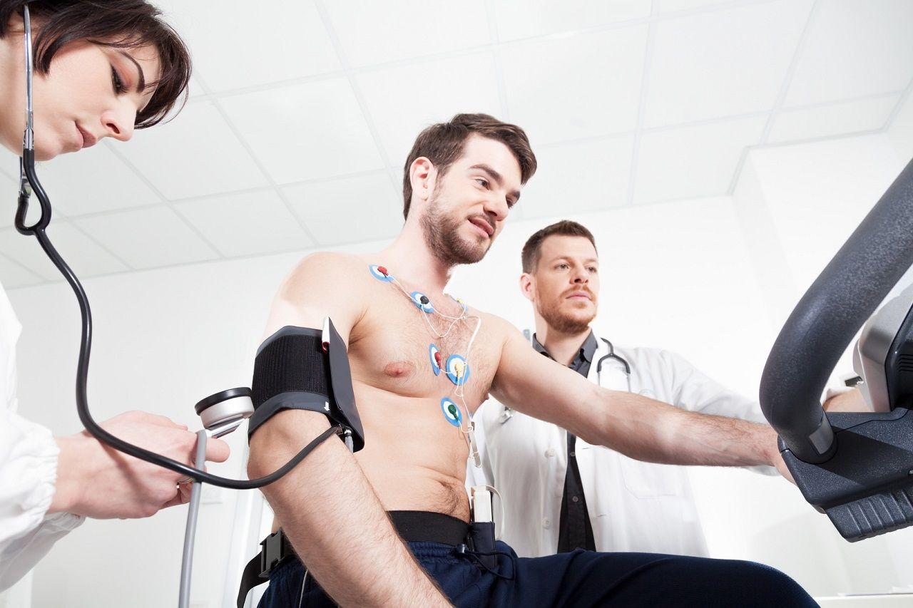 Bluthochdruck senken: Ist Sport genauso effektiv, wie eine Behandlung mit blutdrucksenkenden Medikamenten?