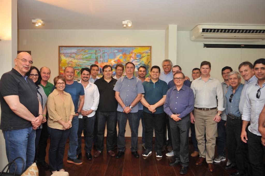 Genialidade de Bolsonaro: Foi convidado e levou a turma toda pra almoçar.