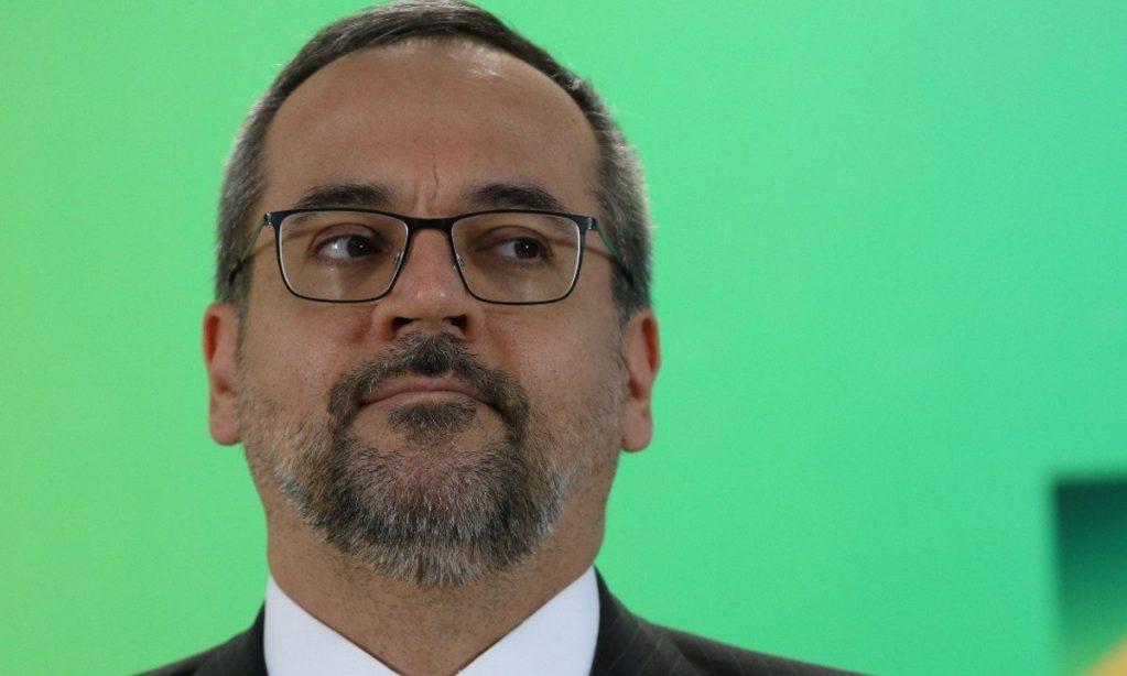 Ministro Weintraub presta depoimento à PF e fica em silêncio