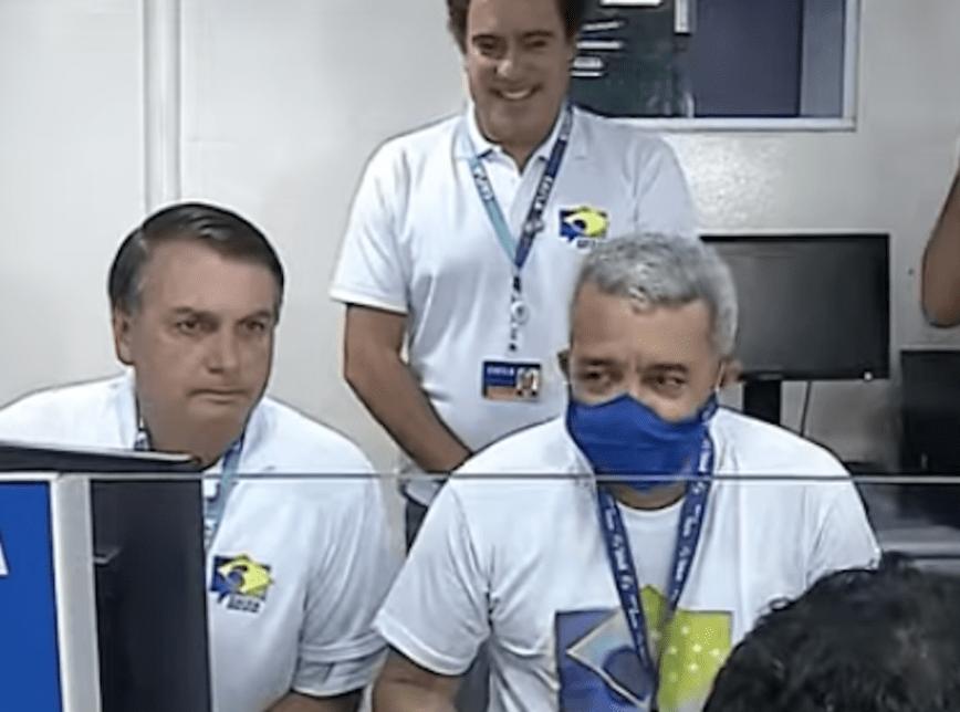 Bolsonaro vira atendente da Caixa em agência-barco na Ilha de Marajó.