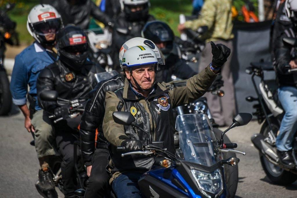 Em passeio de moto em SP, Bolsonaro diz que não aceitará 'farsa' nas eleições