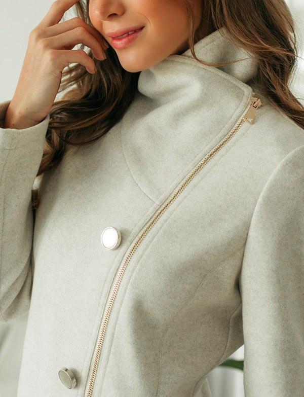 modelo usando casaco de la bege