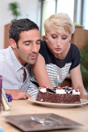couple with cake 14213515_s