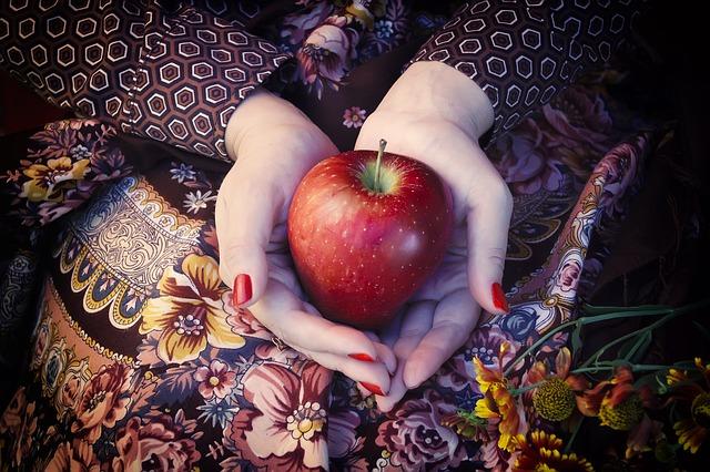 hands holding an apple