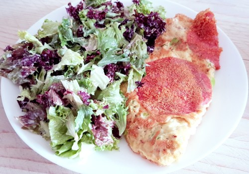 Omelet met strooikaas, salami en lente-ui