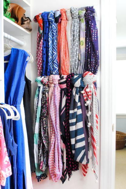 1484337565 closet organization scarf - Como Organizar o Guarda-roupa: Ideias Que Facilitam a Organização