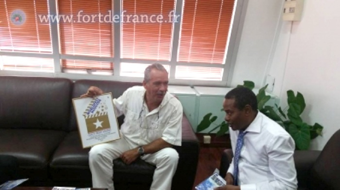 Présentation du Gold Awards de Patrick Baucelin à M. Didier LAGUERRE, Maire de la ville